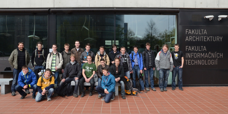 Skupinové foto před FITem.