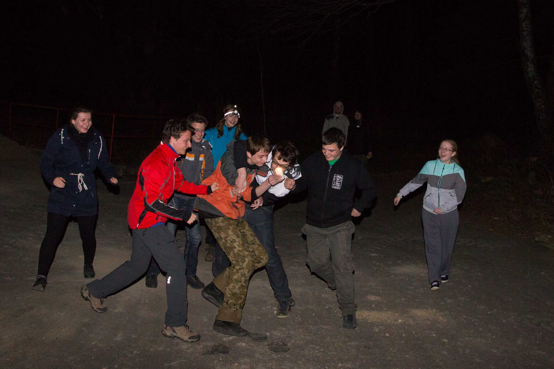 Noční hra, kde účastnící bránili svou jiskru.