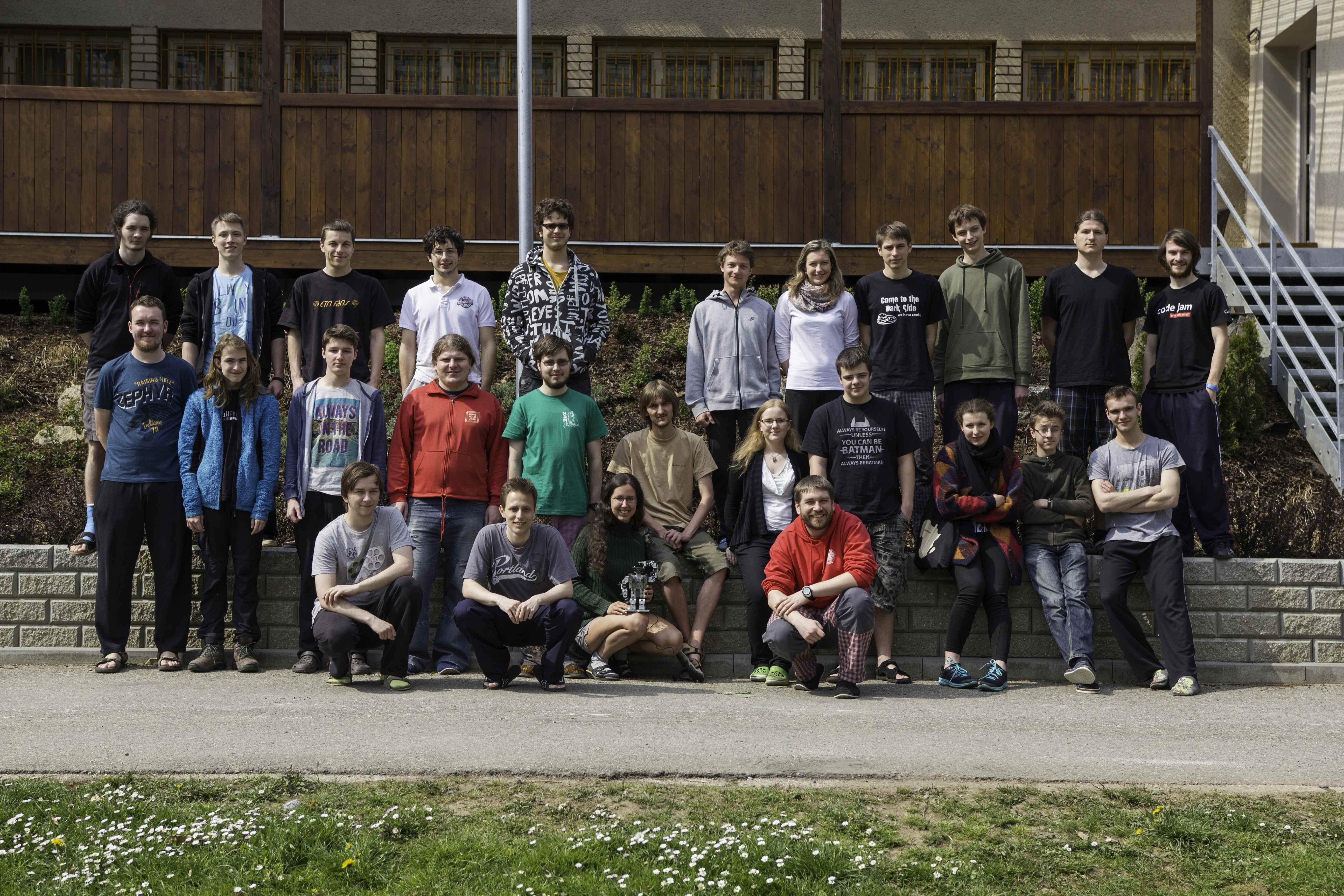Skupinové foto před ubytovacím střediskem.